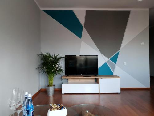 A television and/or entertainment center at Trio kawalerka w centrum