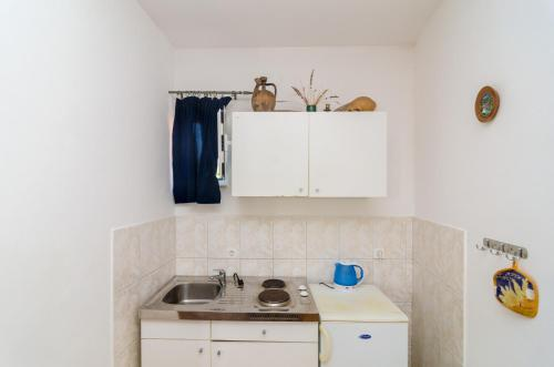 A kitchen or kitchenette at Apartments & Room BlueMoon