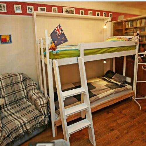 Двухъярусная кровать или двухъярусные кровати в номере Комнаты Твэнти 7