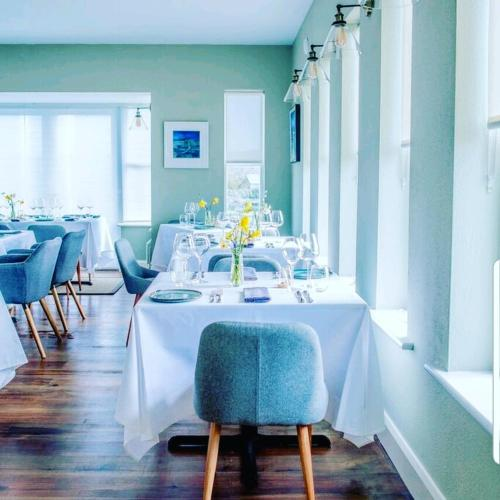 A restaurant or other place to eat at Oar restaurant and Rooms