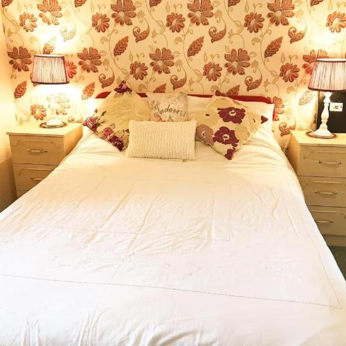 A bed or beds in a room at Ashgrove B&B