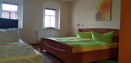 Ein Bett oder Betten in einem Zimmer der Unterkunft Im Ballhaus Neuhilbersdorf