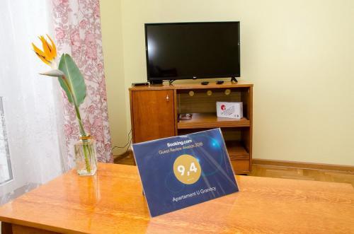 Телевизор и/или развлекательный центр в Apartament na Adamkovskoy