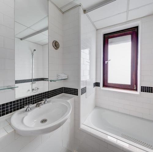Koupelna v ubytování Regents Court Sydney
