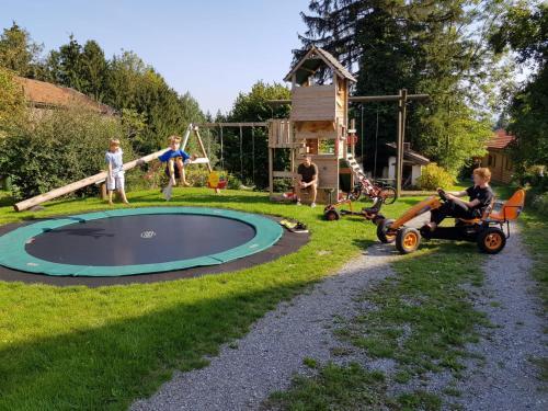 Ein Kinderspielbereich in der Unterkunft Lamplhof