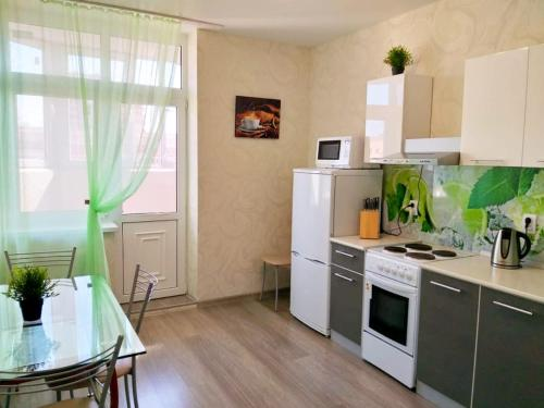 A kitchen or kitchenette at ЖК ПАНОРАМА Героя Сарабеева 3к1 рядом со Стадионом