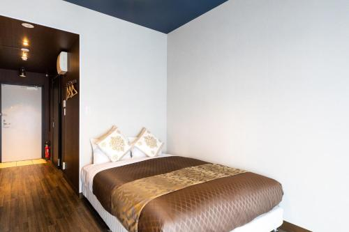 A bed or beds in a room at Mr. Kinjo in MATABee