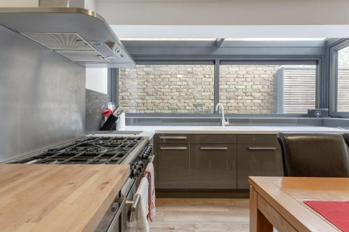 Cuisine ou kitchenette dans l'établissement Luxury 2 Bedroom London Apartment