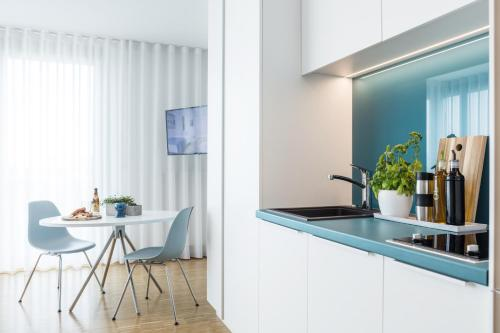 A kitchen or kitchenette at THE FLAG München