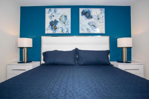 A bed or beds in a room at Stunning 2 Bedroom Apartment with AquaPark 304