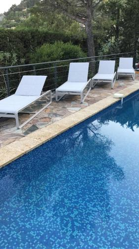 The swimming pool at or near Villa theoule pleine vue mer