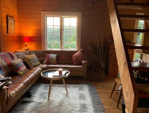 Uma área de estar em Whalers Cottage