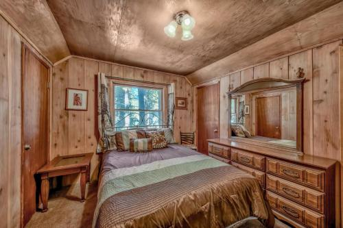 A bed or beds in a room at 798S Sonoma Cabin And Bunk House Cabin