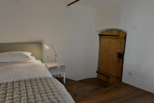 A bed or beds in a room at Apartments Mitterhof 1544