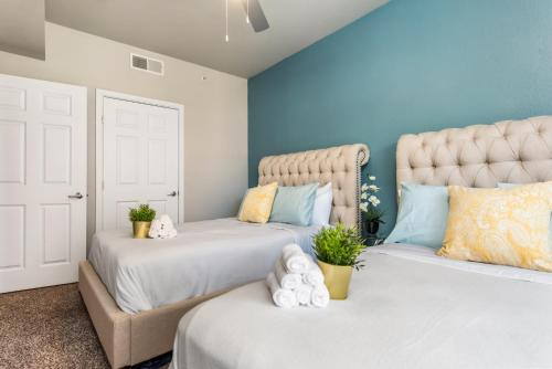 A bed or beds in a room at Downtown Dallas Cozy Suite