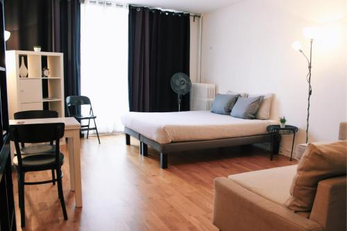 A bed or beds in a room at Lauriston Nice Studio