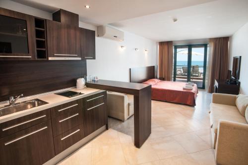 Ett kök eller pentry på Marina City ApartHotel