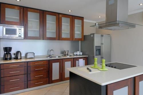 Een keuken of kitchenette bij Den Laman Condominiums