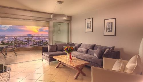 A seating area at LUXURY MARINA APARTMENT