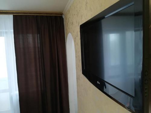 Телевизор и/или развлекательный центр в Apartment on Nurken Abdirova,34/3
