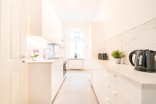 A kitchen or kitchenette at Herzlich Willkommen - Küss die Hand 2