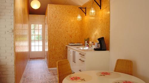 Een keuken of kitchenette bij Beach House Sea La Vie