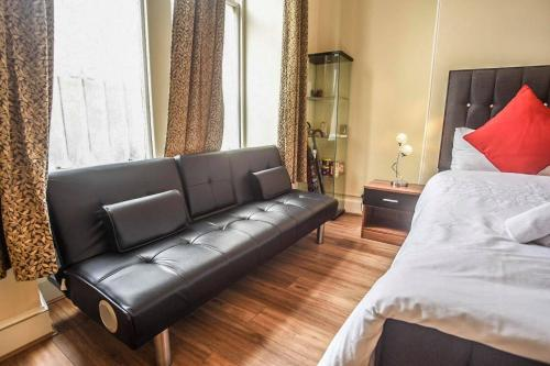 A seating area at Stupendous City Centre Flat Close to Princess Street.