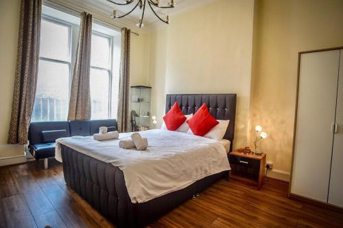 A bed or beds in a room at Stupendous City Centre Flat Close to Princess Street.