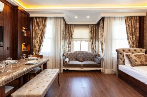 A seating area at Rose Mansion by Otantik Suites