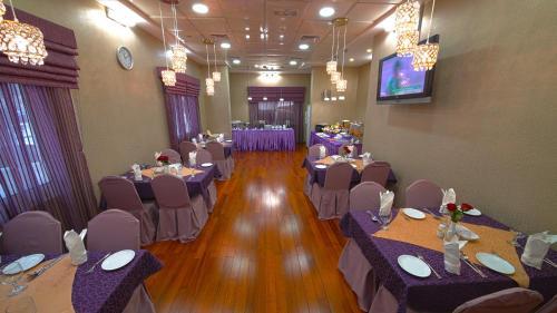 Ein Restaurant oder anderes Speiselokal in der Unterkunft Rose Garden Hotel Apartments - Bur Dubai