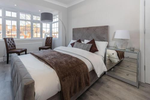 A bed or beds in a room at Canons Silver Suite