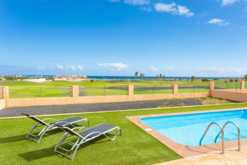 Het zwembad bij of vlak bij Villa Marisol