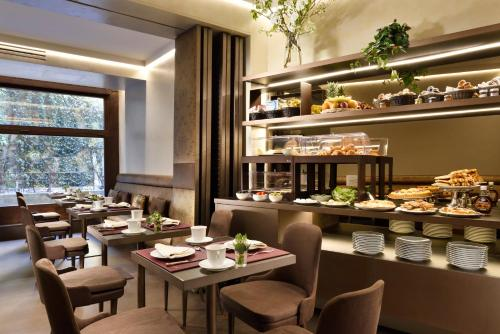 A restaurant or other place to eat at Ponte Vecchio Suites & Spa