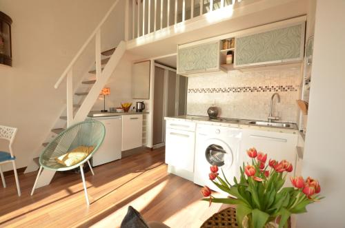 A kitchen or kitchenette at Port-Grimaud Romantique (newly renovated)