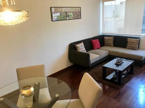 A seating area at Departamento completo en San Borja