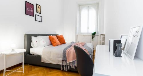 A bed or beds in a room at Hintown Amendola Fiera Apartment