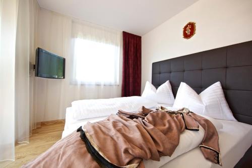 A bed or beds in a room at Apart Hotel Legendär