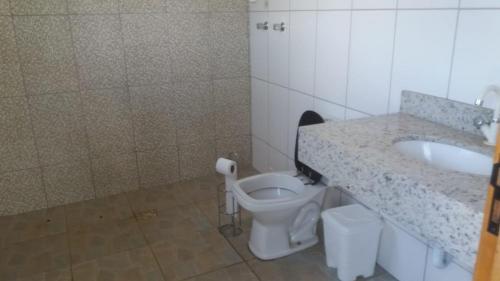 A bathroom at Chácara Assis