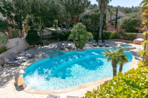 A view of the pool at Résidence Vasca d'Oro or nearby