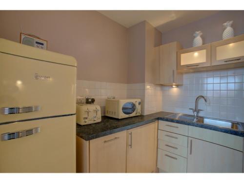 A kitchen or kitchenette at Elegant & sophisticated apt for 4, Central MCR