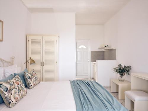 A bed or beds in a room at Villaggio Studios & Apartments