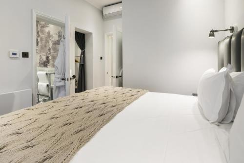 A bed or beds in a room at Luxurious Mayfair Home by Hyde Park