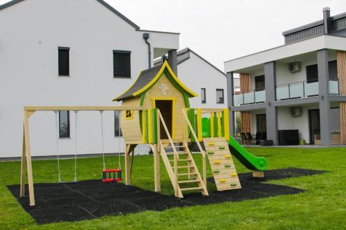 Otroško igrišče poleg nastanitve Apartmaji Banonia Travniška rosa