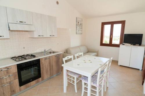 A kitchen or kitchenette at Bilocale Corte di Gallura