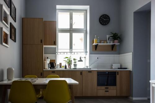 A kitchen or kitchenette at Apartament Jana Matejki