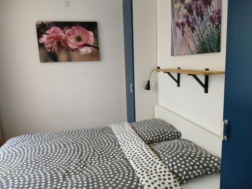Een bed of bedden in een kamer bij KLAPROOS Bed by the Sea