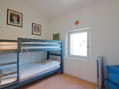 Двухъярусная кровать или двухъярусные кровати в номере Holiday Home L'Oustaou dei Figo