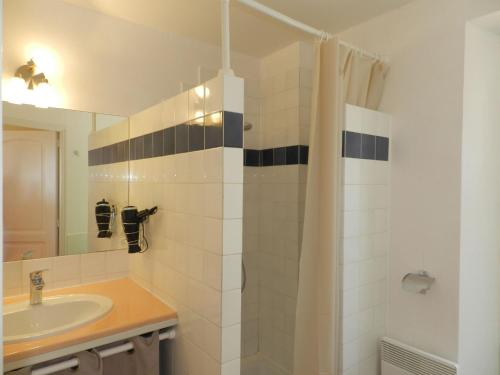 A bathroom at Holiday Home Domaine du Dragon.4