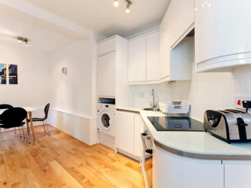 A kitchen or kitchenette at Apartment Flat 9