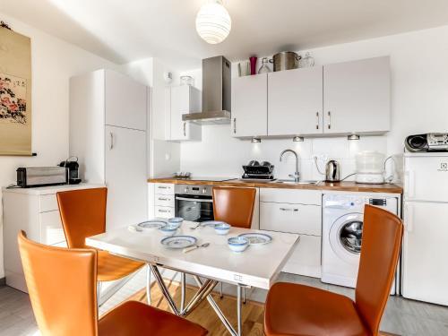 A kitchen or kitchenette at Apartment Clos Savignac